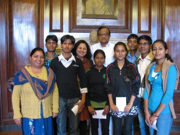 Home Minister of India meets Asha slum children going to Delhi University
