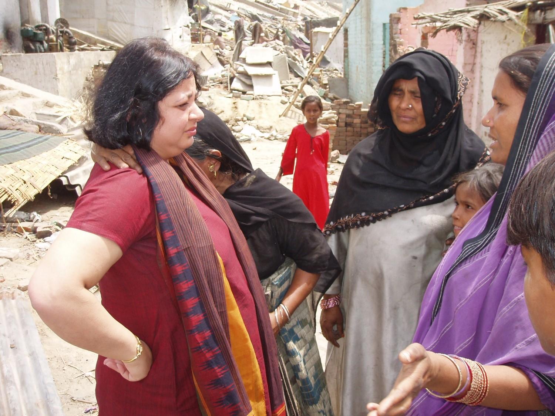 Dr Kiran with the women at Thokar No. 8 (2006)