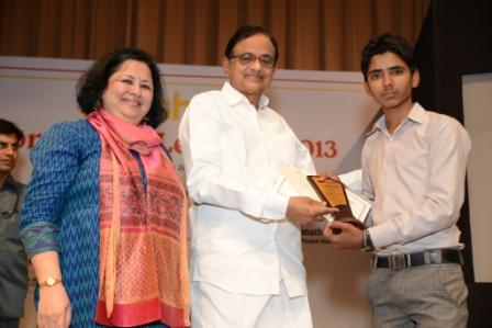 Shri P Chidambaram presents the certificate and memento to one of the Asha toppers