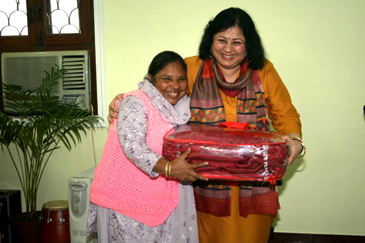 Dr Kiran presents the first prize to Sameena, CHV from Seelampur slum colony for her work during the last year