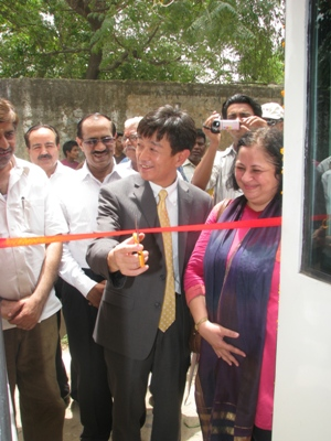 Mr Takeshi Osuga, Minister (Political),  Embassy of Japan, inaugurating one of the Vans