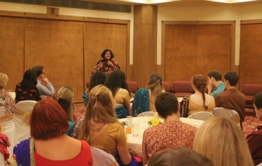Dr Kiran addressing the volunteer teams at the thank you dinner hosted by Asha