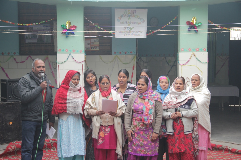 Mahila Mandal at Seelampur slum colonies with team leader Subodh sings Christmas carols.