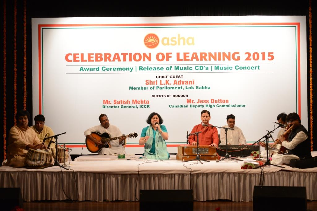 Dr Kiran and Shri Vinod with the musicians during the Music Concert