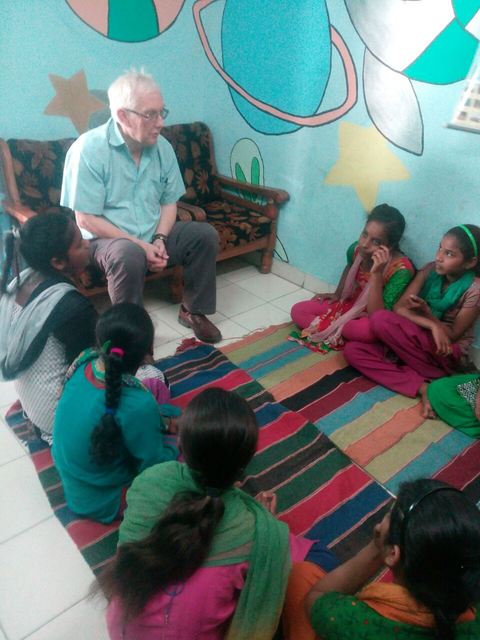 Steve Baker interacting with the children at Seelampur slum colony.