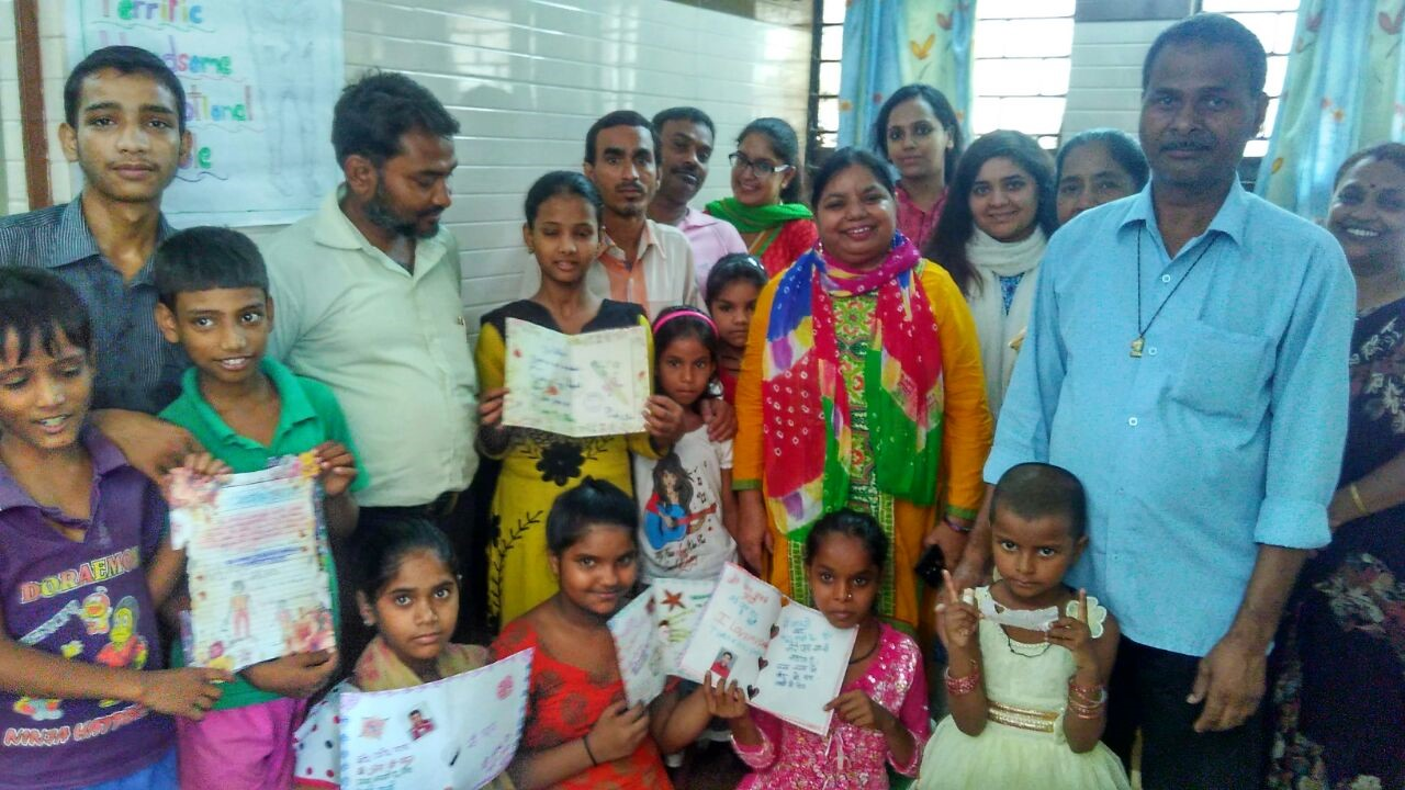 Asha Supervisor Sweeta with children and their parents during the celebration at Jeewan Nagar