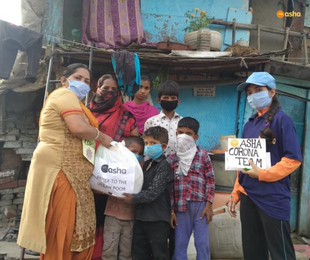 Asha COVID-19 Emergency Response: Slum families receive groceries in the Asha slums